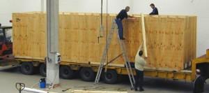 Rund 38 Tonnen brachte die Lasergravur-Maschine mitsamt Verpackung auf die Waage. Als Schwertransport wurde die Maschine nach Bremerhafen transportiert und von dort aus in die USA verschifft.