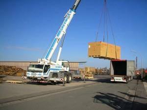 Schwere Maschinen werden fachgerecht zerlegt, auf Kisten aufgeteilt und per LKW auf die Reise geschickt.